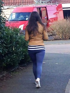 Hot chunky culo teenies in yoga pants!