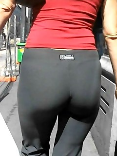 Hawt bubble butt nubiles in yoga pants!
