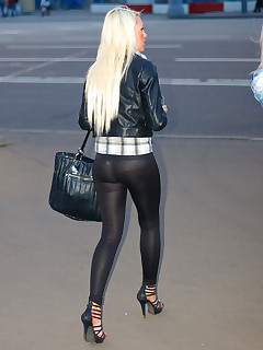 Girls with buble booty in black leggings