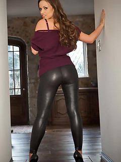 Beauties with buble rump in darksome leggings