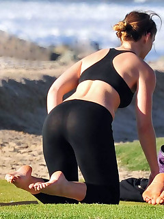 Angels with buble butt in dark leggings