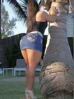 Giant ass gals in jeans